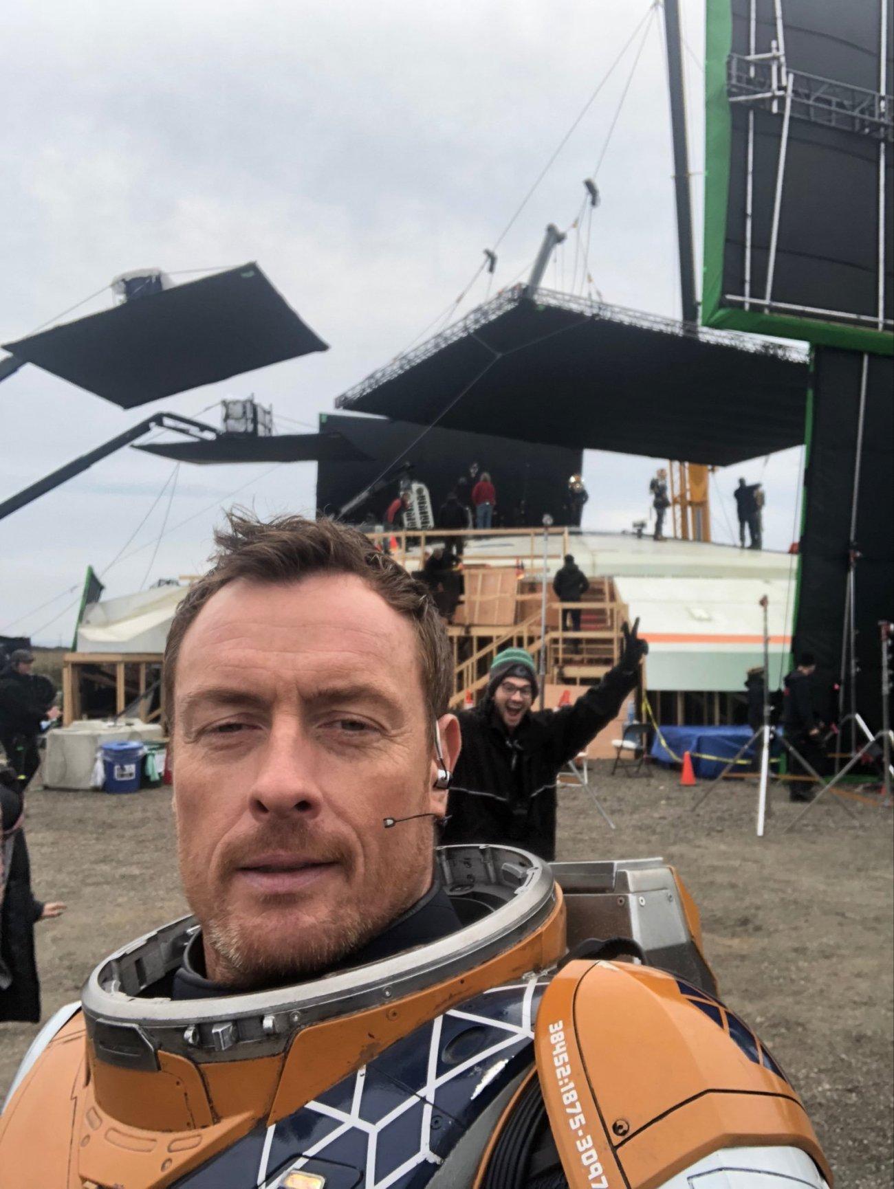 Toby Stephens como John Robinson en el set de la temporada 2 de Lost in Space. Imagen: Toby Stephens Twitter (@TobyStephensInV).