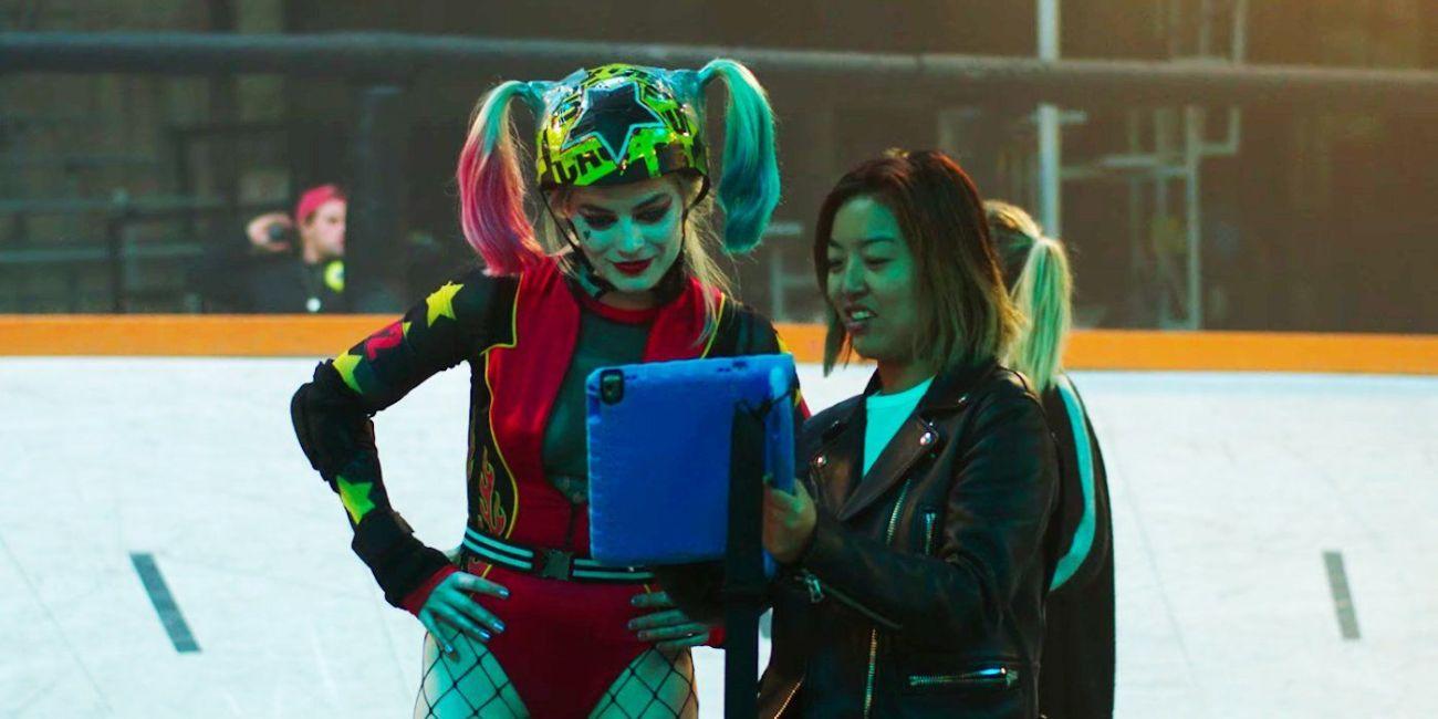 Margot Robbie como Harley Quinn y la directora Cathy Yan en el set de Birds of Prey (2020). Cortesía: pinterest.com