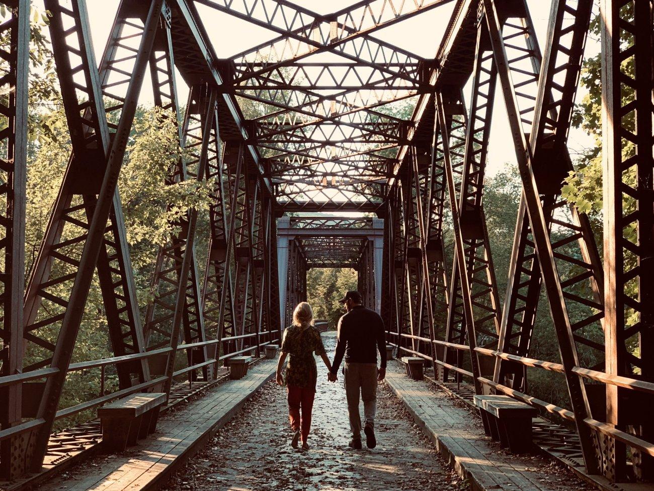 Emily Blunt y el director John Krasinski en el set de A Quiet Place Part II (2020). Imagen: John Krasinski Twitter (@johnkrasinski).