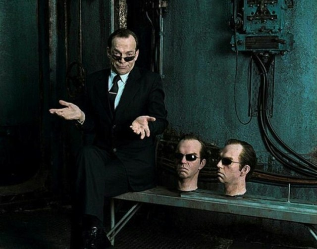 Hugo Weaving como el Agente Smith en el set de The Matrix (1999). Imagen: IMDb.com