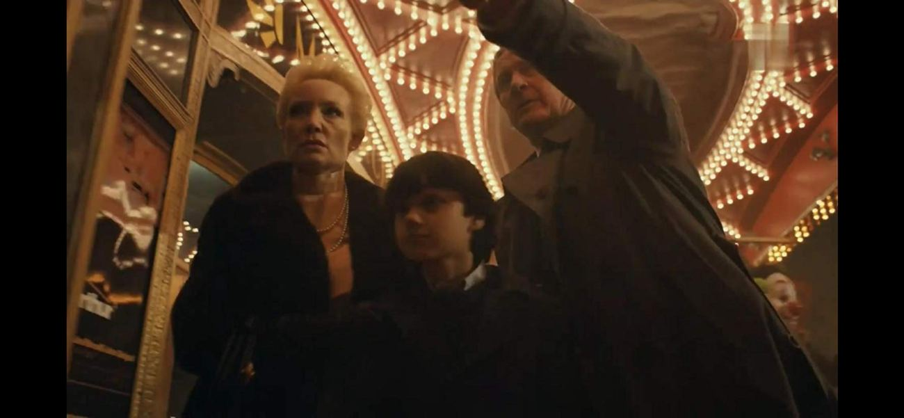 La Familia Wayne (Carrie Louise Putrello, Dante Pereira-Olson y Brett Cullen) en Joker (2019). Imagen: IMDb.com