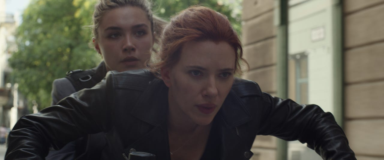 Yelena Belova (Florence Pugh) y Natasha Romanoff (Scarlett Johansson) en Black Widow (2020). Imagen: Marvel Studios