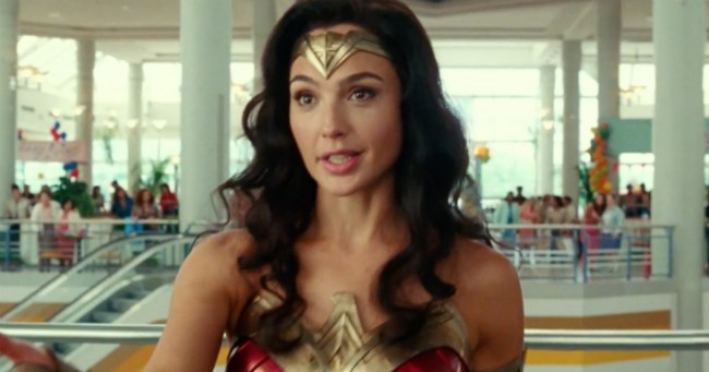 Gal Gadot como Wonder Woman en un comercial de Tide. Imagen: UPROXX Twitter (@UPROXX).