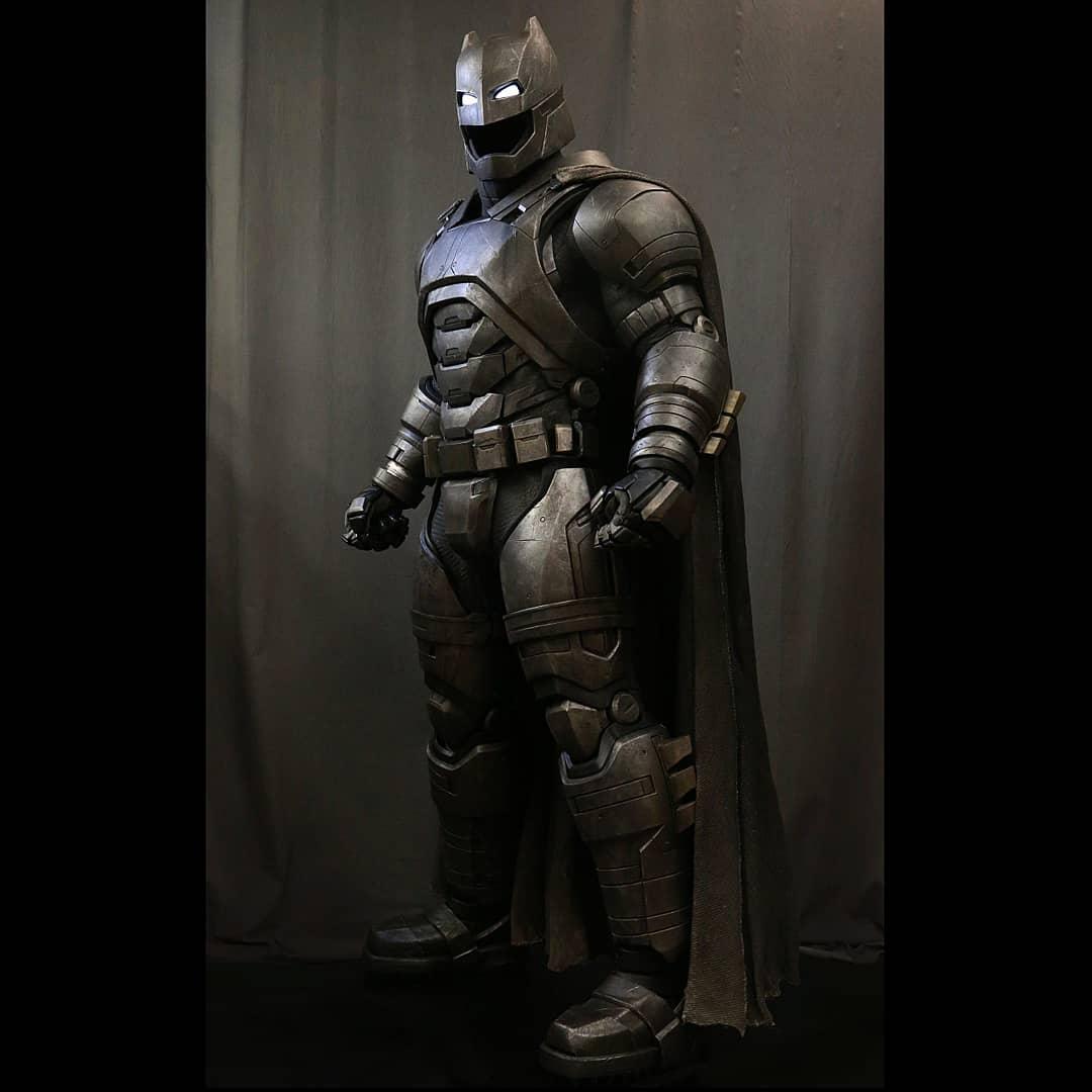 La armadura de Batman (Ben Affleck) en Batman v Justice: Dawn of Justice (2016). Imagen: Ironhead Studio Instagram (@ironhead_studio).