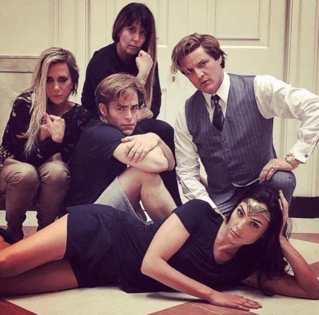 La directora Patty Jenkins y el elenco de Wonder Woman 1984 (2020) al estilo de The Breakfast Club (1985). Imagen: Imgur.com