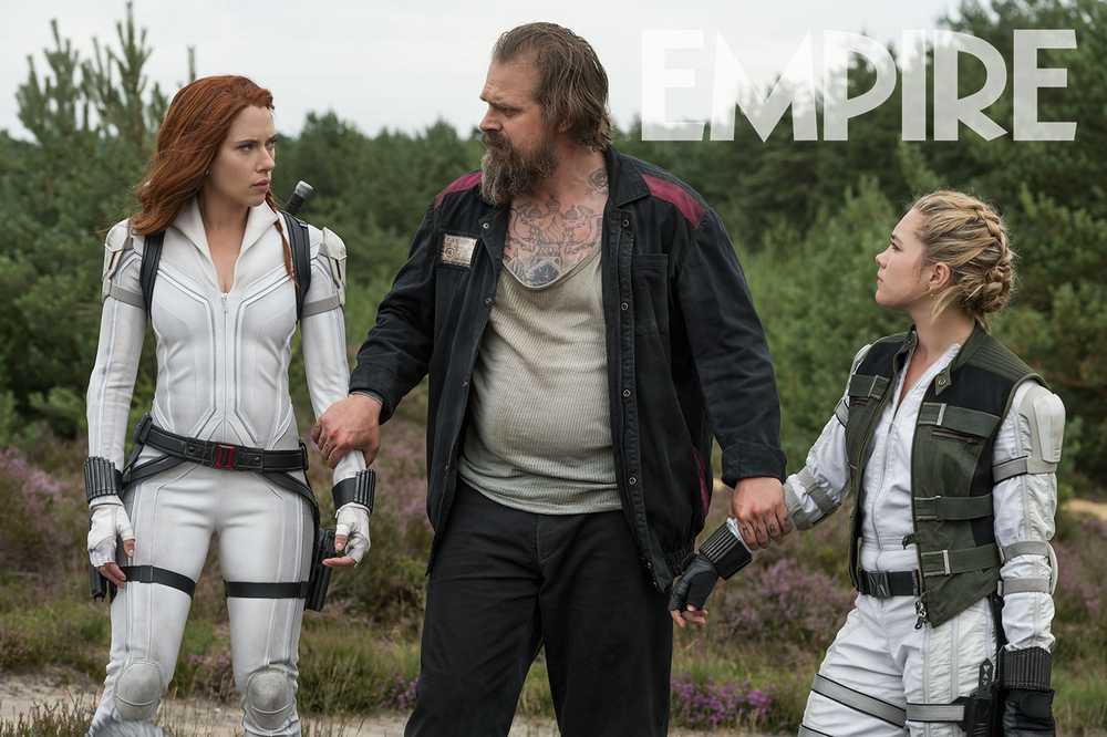 Natasha Romanoff (Scarlett Johansson), Alexei Shostakov (David Harbour) y Yelena Belova (Florence Pugh) en Black Widow (2020). Imagen: Empire Magazine