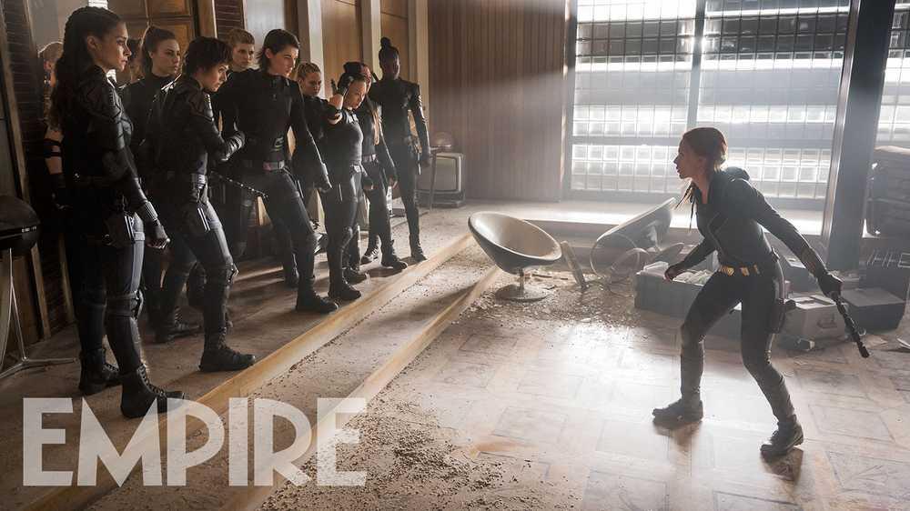 Natasha Romanoff (Scarlett Johansson) y las reclutas de The Red Room (La Habitación Roja) en Black Widow (2020). Imagen: Empire Magazine