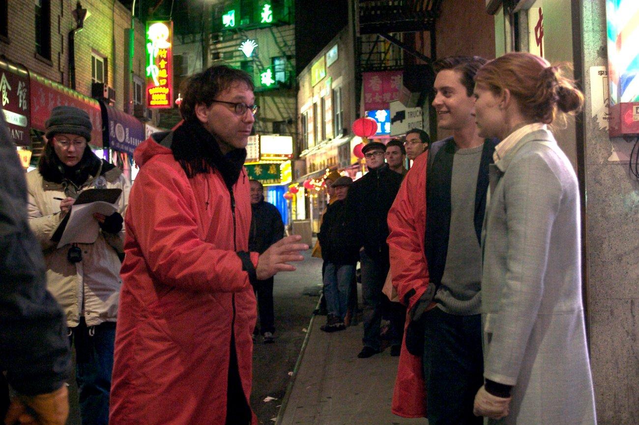 El director Sam Raimi, Tobey Maguire como Peter Parker y Kirsten Dunst como Mary Jane Watson en el set de Spider-Man 2 (2004). Imagen: Daily Raimi Spider-Man Twitter (@EARTH_96283).