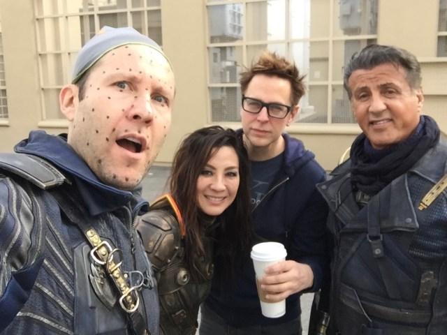 Michael Rosenbaum como Martinex, Michelle Yeoh como Aleta Ogord, el director James Gunn y Sylvester Stallone como Stakar Ogord en el set de Guardians of the Galaxy Vol. 2 (2017). Imagen: Michael Rosenbaum Twitter  (@michaelrosenbum).