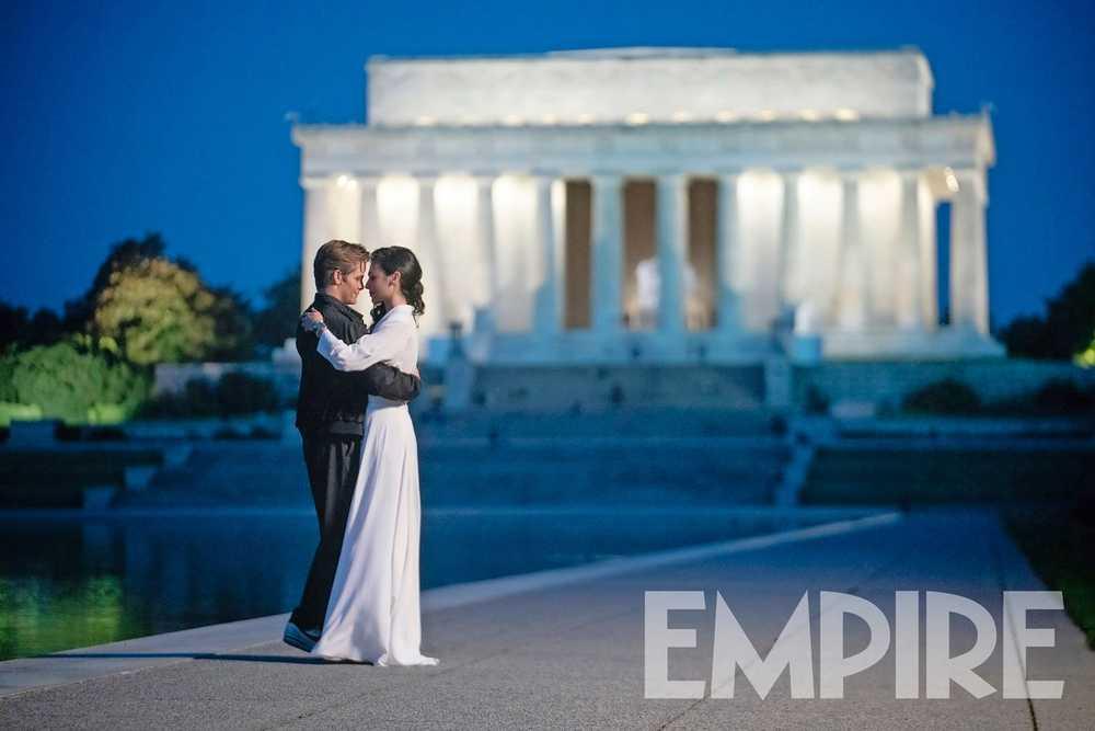 Chris Pine como Steve Trevor y Gal Gadot como Diana Prince en Wonder Woman 1984 (2020). Imagen: Empire Magazine