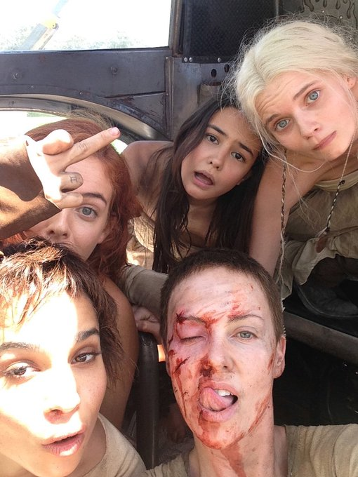 Charlize Theron como Imperator Furiosa y sus chicas en el set de Mad Max: Fury Road (2015). Imagen: Charlize Theron Twitter (@CharlizeAfrica).