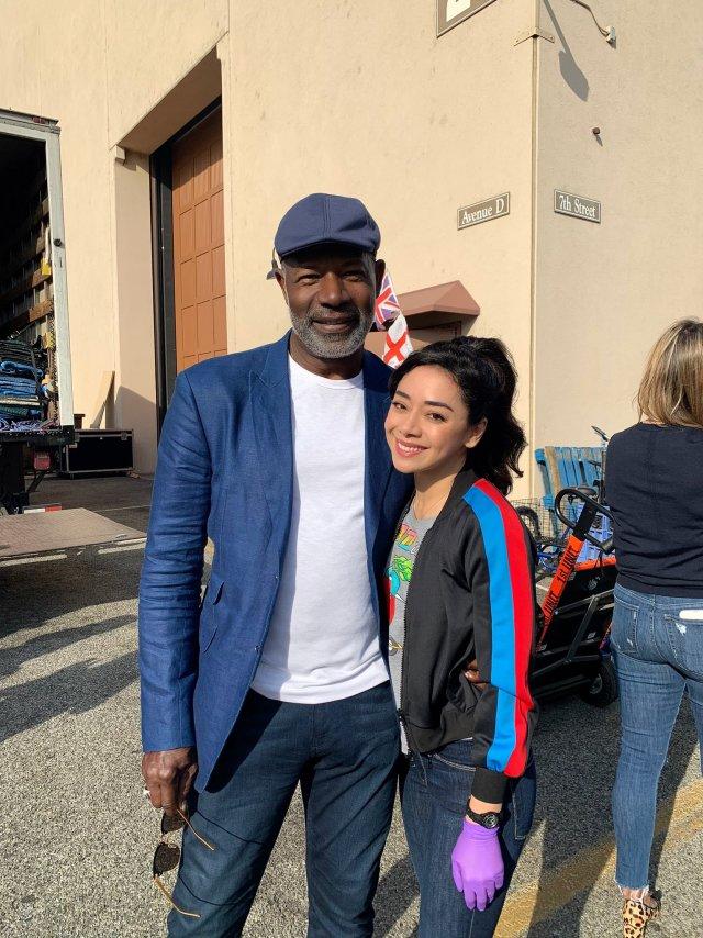 Dennis Haysbert y Aimee García en el set de la temporada 5 de Lucifer. Imagen: Aimee García Twitter (@Aimee_Garcia).