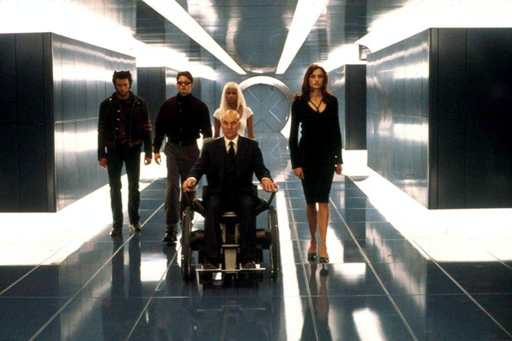 Hugh Jackman como Logan/Wolverine, James Marsden como Scott Summers/Cyclops, Halle Berry como Ororo Munroe/Storm, Patrick Stewart como el Profesor Charles Xavier/Profesor X y Famke Janssen como Jean Grey en X-Men (2000). Imagen: IMDb.com