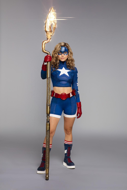 El Bastón Cósmico le permite a Stargirl/Courtney Whitmore (Brec Bassinger) volar y disparar rayos de energía. Imagen: Warner Bros. Television
