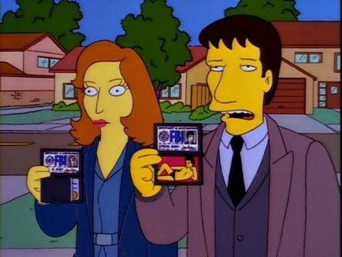 Los Agentes Dana Scully (voz de Gillian Anderson) y Fox Mulder (voz de David Duchovny) en el episodio 810 (fecha de transmisión: 12 de enero de 1997) de The Simpsons (1989-Presente). Imagen: pinterest.com