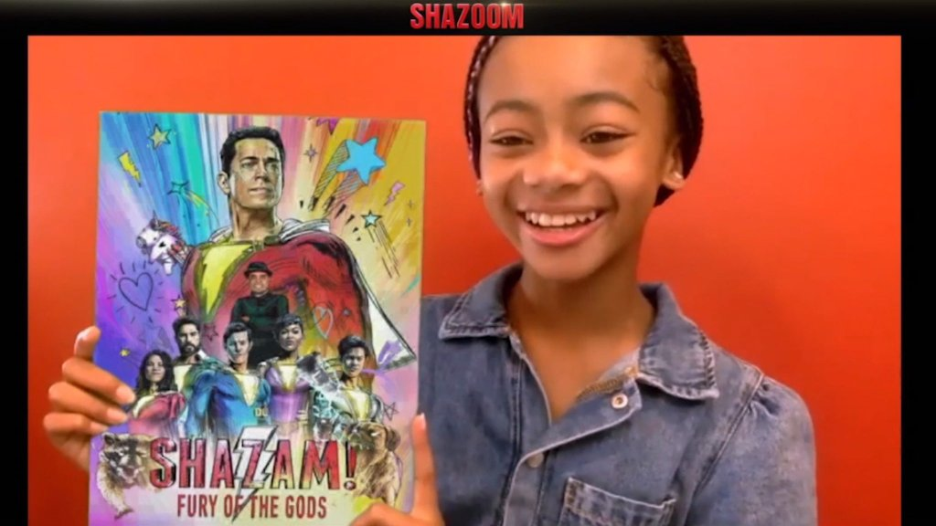 Faithe Herman (Darla Dudley en Shazam!) y el póster de Shazam!: Fury of the Gods (2022). Imagen: David F. Sandberg Twitter (@ponysmasher).
