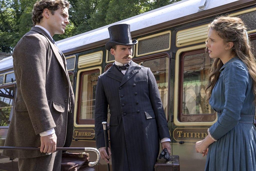 Henry Cavill como Sherlock Holmes, Sam Claflin como Mycroft Holmes y Millie Bobby Brown como Enola Holmes en Enola Holmes (2020). Imagen: Alex Bailey/Legendary Pictures
