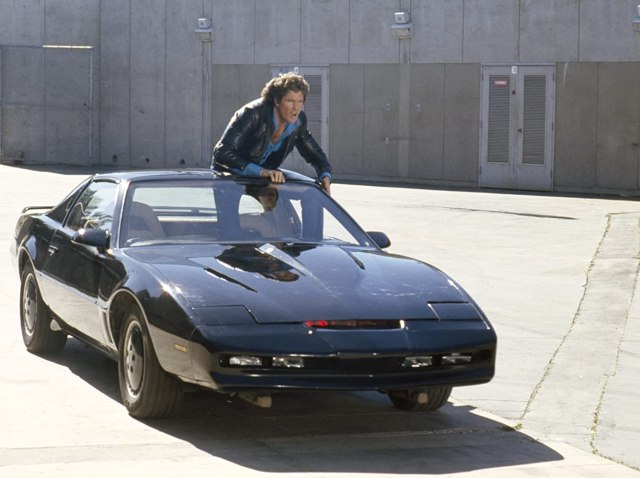 Michael Knight (David Hasselhoff) y K.I.T.T. (voz de William Daniels) en Knight Rider (1982-1986). Imagen: NBC/gettyimages.com