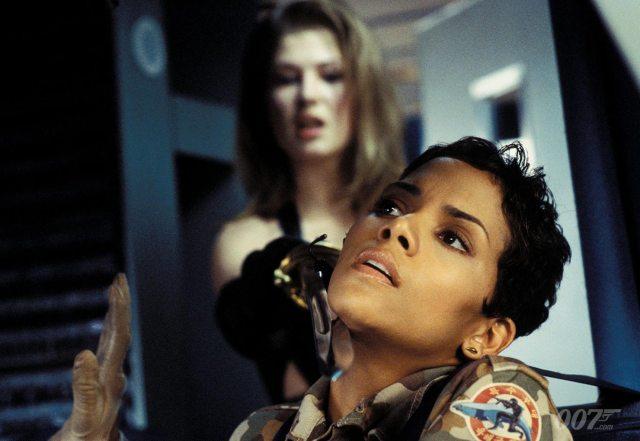 "Miranda Frost (Rosamund Pike) y Giacinta ""Jinx"" Johnson (Halle Berry) en Die Another Die (2002). Imagen: 007.com"