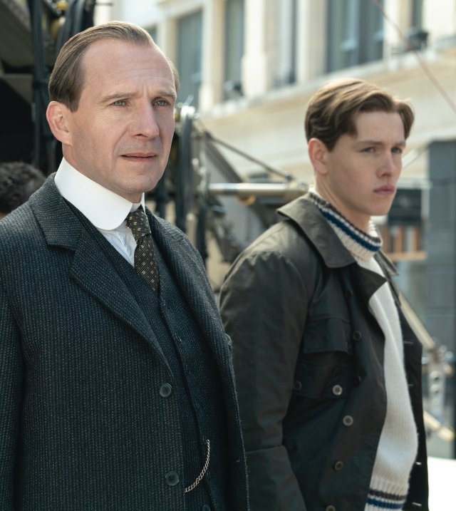 El Duque de Oxford (Ralph Fiennes) y Conrad (Harris Dickinson) en The King's Man (2021). Imagen: The King's Man Twitter (@KingsmanMovie).