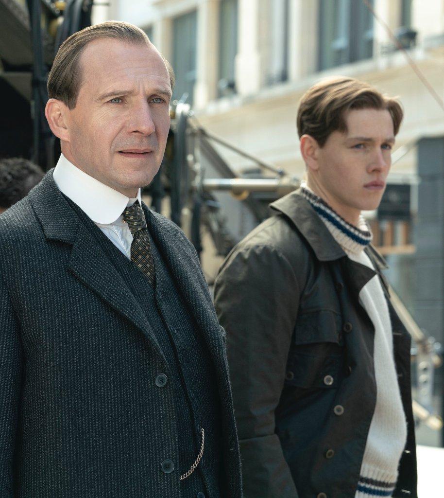 El Duque de Oxford (Ralph Fiennes) y Conrad (Harris Dickinson) en The King's Man (2021). Imagen: The King's Man Twitter (@KingsmanMovie).