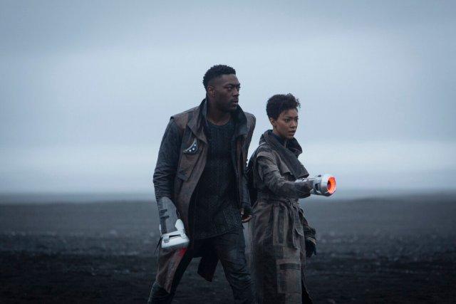 "David Ajala como Cleveland ""Book"" Broker y Sonequa Martin-Green como la Comandante Michael Burnham en la temporada 3 de Star Trek: Discovery. Imagen: blackfilmandtv.com"