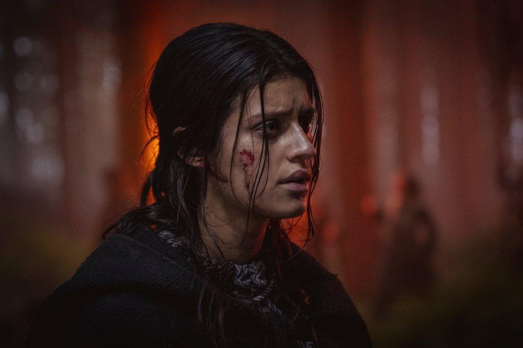 Anya Chalotra como Yennefer de Vengerberg en la temporada 2 de The Witcher. Imagen: The Witcher Twitter (@witchernetflix).