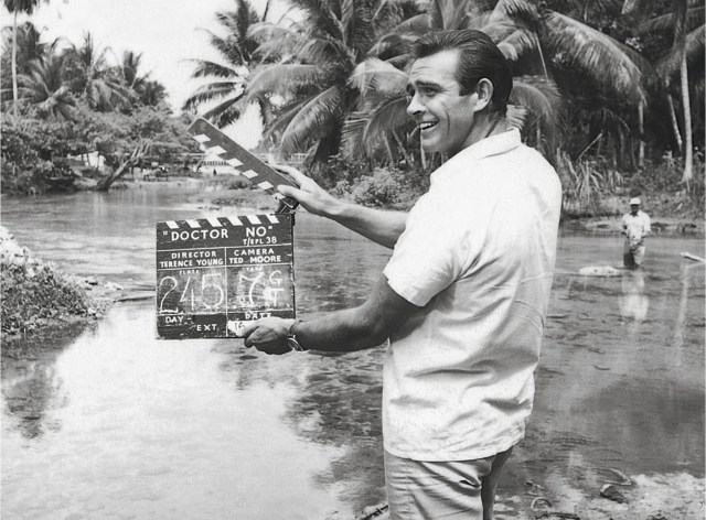 Sean Connery (1930-2020) como James Bond en el set de Dr. No (1962). Imagen: 007.com