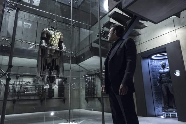 Bruce Wayne (Ben Affleck) observando el traje de Robin en Batman v Superman: Dawn of Justice (2016). Imagen: listal.com