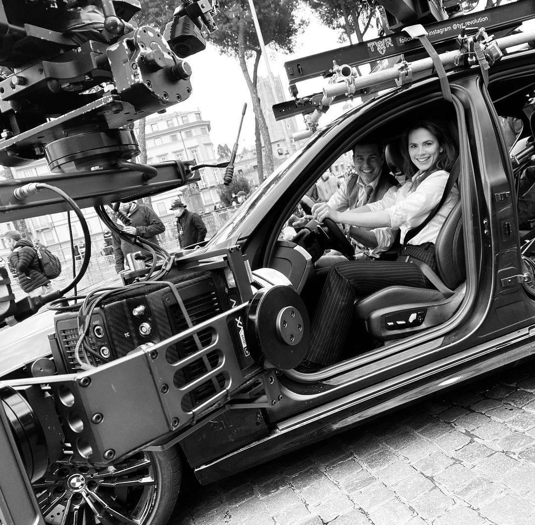 Tom Cruise y Hayley Atwell en el set de Mission: Impossible 7 (2021). Imagen: Hayley Atwell Instagram (@wellhayley).