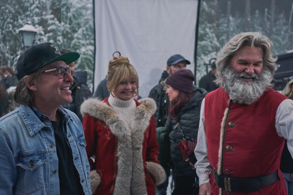 El director Chris Columbus, Goldie Hawn como la Sra. Claus y Kurt Russell como Santa Claus en el set de The Christmas Chronicles 2 (2020). Imagen: Joseph Lederer/Netflix