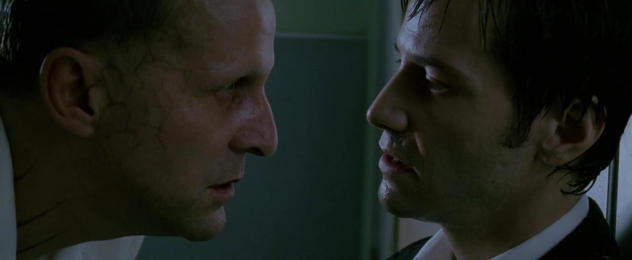 Lucifer (Peter Stormare) y John Constantine (Keanu Reeves) en Constantine (2005). Imagen: IMDb.com