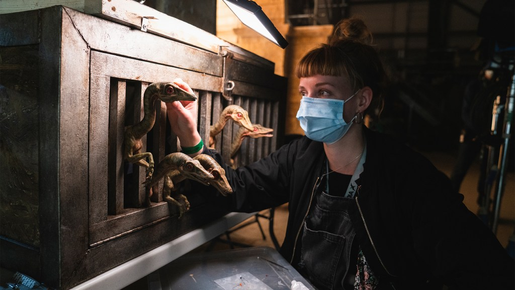 Una integrante del equipo de producción y dinosaurios genéticamente recreados en el set de Jurassic World: Dominion (2022). Imagen: John Wilson/Universal Pictures/Amblin Entertainment