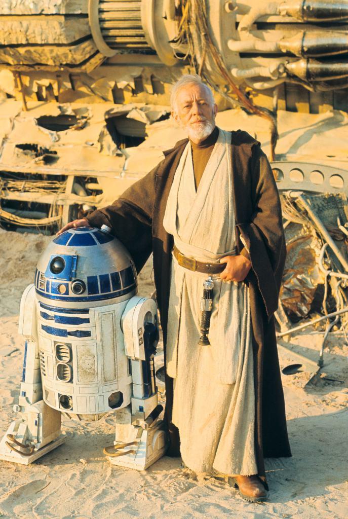 R2-D2 y Alec Guiness (1914-2000) como Obi-Wan Kenobi en el set de Star Wars: Episode IV – A New Hope (1977). Imagen: StarWars.com