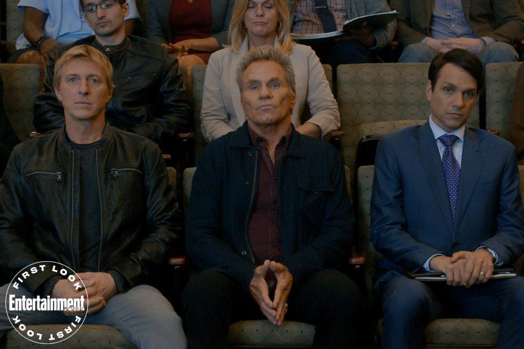 Johnny Lawrence (William Zabka), John Kreese (Martin Kove) y Daniel LaRusso (Ralph Macchio) en el episodio 308 de Cobra Kai. Imagen: Netflix/Entertainment Weekly