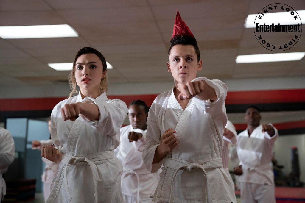 Tory Nichols (Peyton List) y Eli Moskowitz/Hawk (Jacob Bertrand) en el episodio 308 de Cobra Kai. Imagen: Netflix/Entertainment Weekly