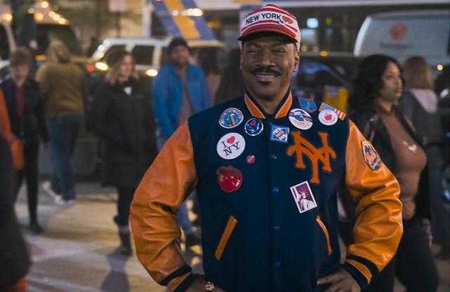 Akeem (Eddie Murphy) vistiendo como un neoyorquino en Coming 2 America (2021). Imagen: Amazon Prime Video Latinoamérica Twitter (@PrimeVideoLat).