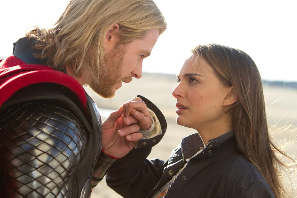 Thor (Chris Hemsworth) y la Dra. Jane Foster (Natalie Portman) en Thor (2011). Imagen: Zade Rosenthal/Marvel Studios