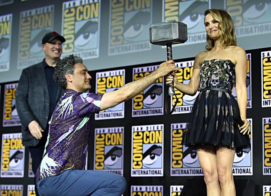 Kevin Feige (Presidente de Marvel Studios), el director Taika Waititi y Natalie Portman en San Diego Comic-Con 2019. Imagen: Alberto E. Rodríguez/Getty Images/Disney