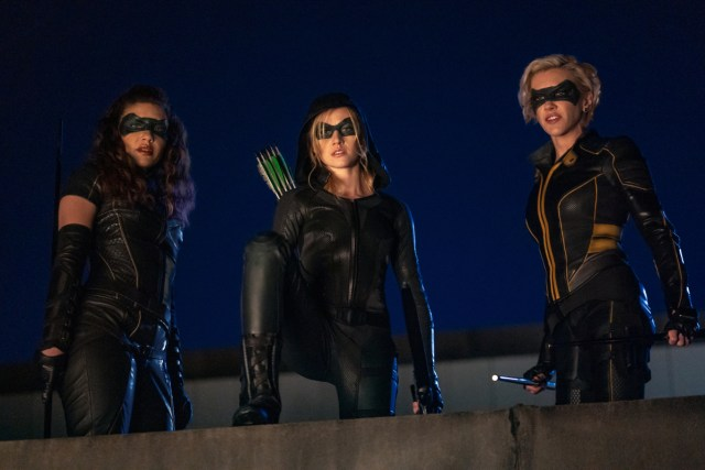 Juliana Harkavy como Dinah Drake/Black Canary, Katherine McNamara como Mia Queen/GreenArrow y Katie Cassidy como Laurel Lance/Black Canary en el episodio Green Arrow & The Canaries (2020). Imagen: Colin Bentley/The CW