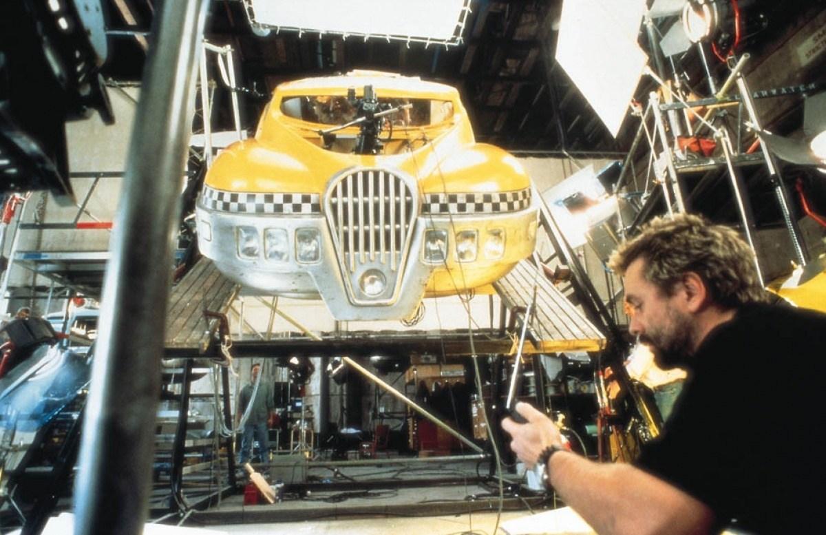 El director Luc Besson y un taxi volador en el set de The Fifth Element (1997). Imagen: onset.shotonwhat.com