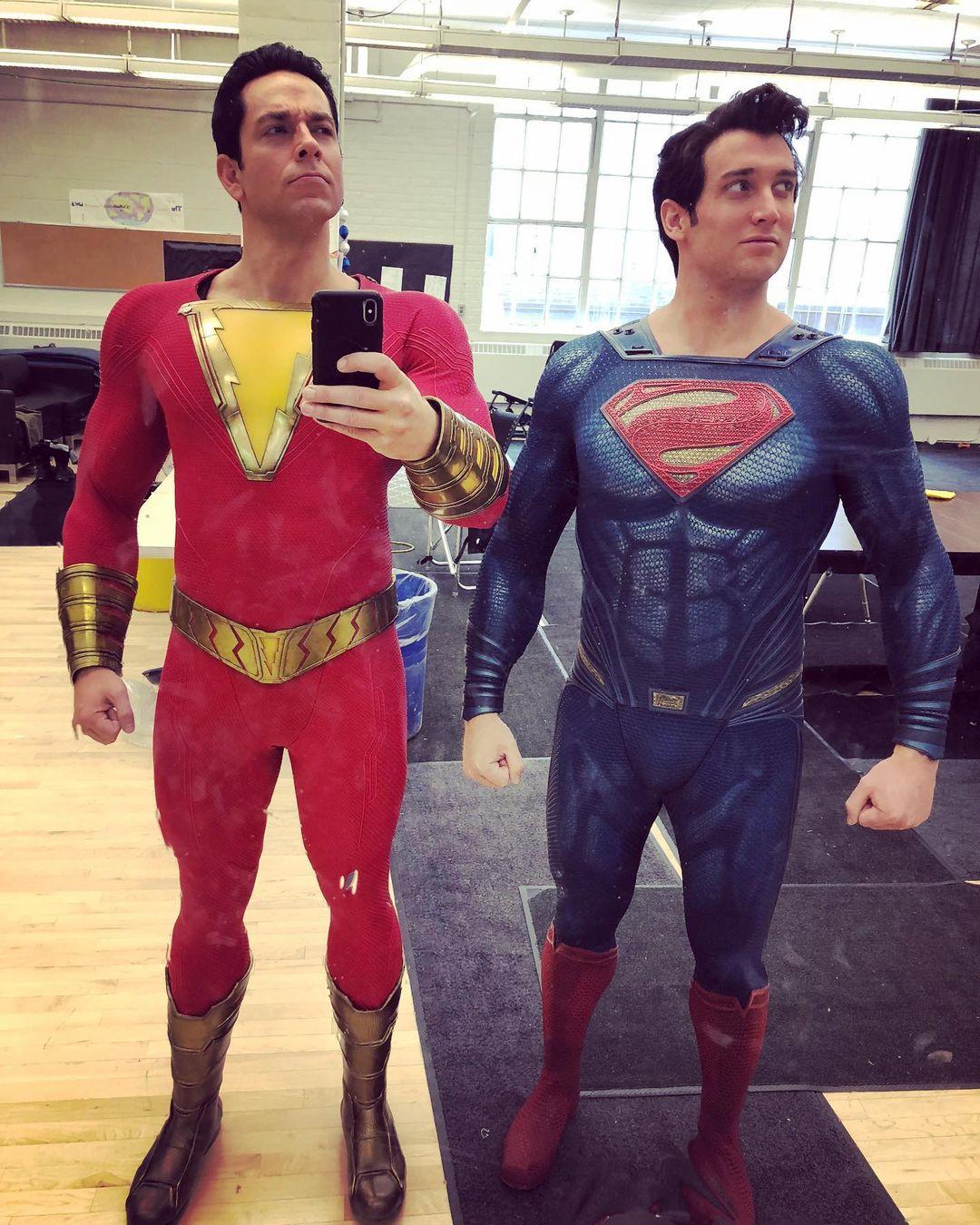 Zachary Levi como Shazam y el doble Ryan Handley como Superman en una selfie tomada en el set de Shazam! (2019). Imagen: Ryan Handley Instagram (@handleystunts).