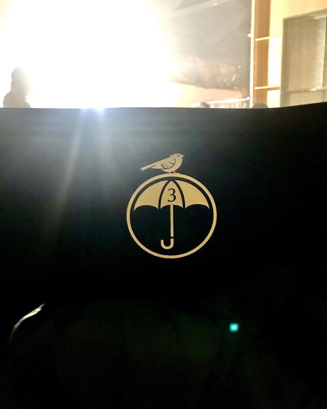 El logotipo de la temporada 3 de The Umbrella Academy. Imagen: Elliot Page Instagram (@elliotpage).