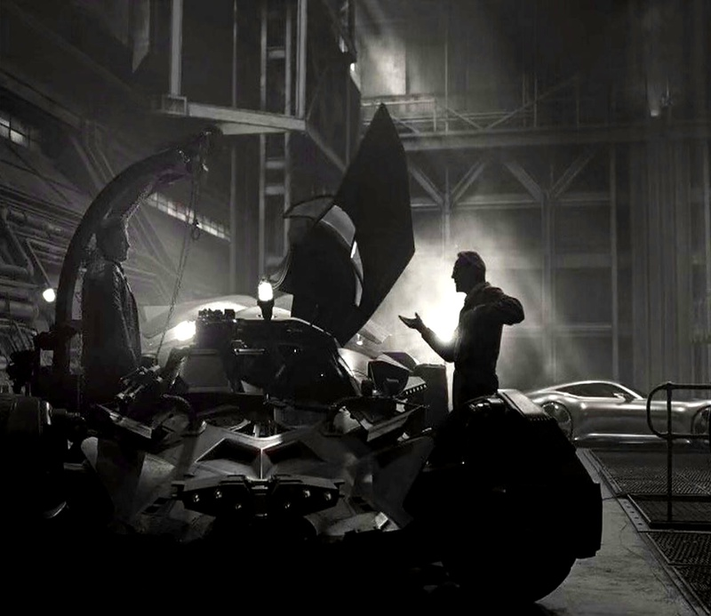 Bruce Wayne (Ben Affleck), Alfred Pennyworth (Jeremy Irons) y el Batimóvil en Zack Snyder's Justice League (2021). Imagen: thedirect.com