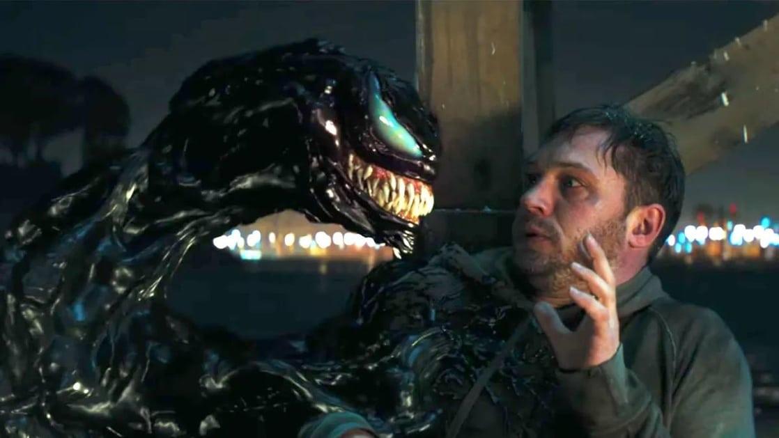 Eddie Brock (Tom Hardy) y el simbionte alienígena en Venom (2018). Imagen: listal.com