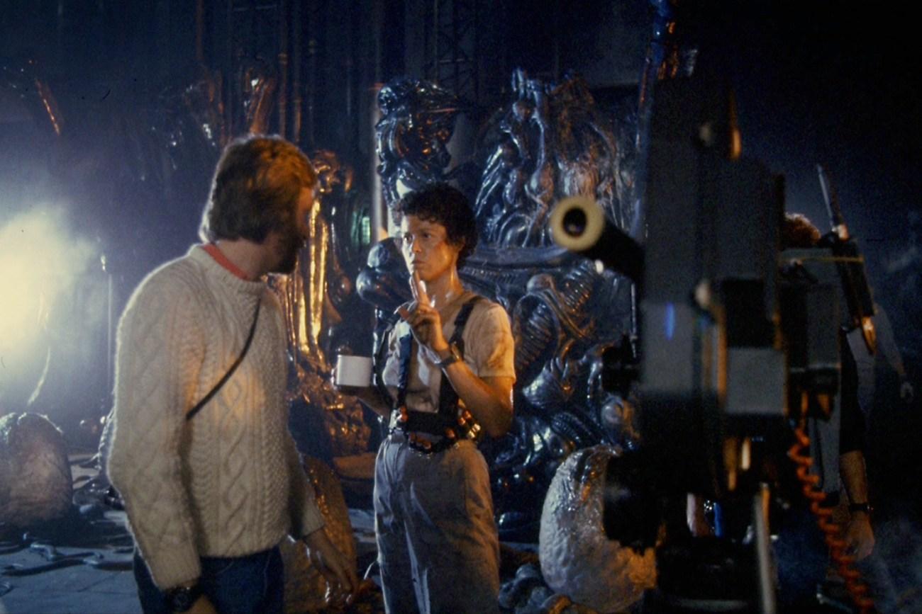 El director James Cameron y Sigourney Weaver como la Teniente Ellen Ripley en el set de Aliens (1986). Imagen: ULTRA BLAST Twitter (@ultrakillblast).