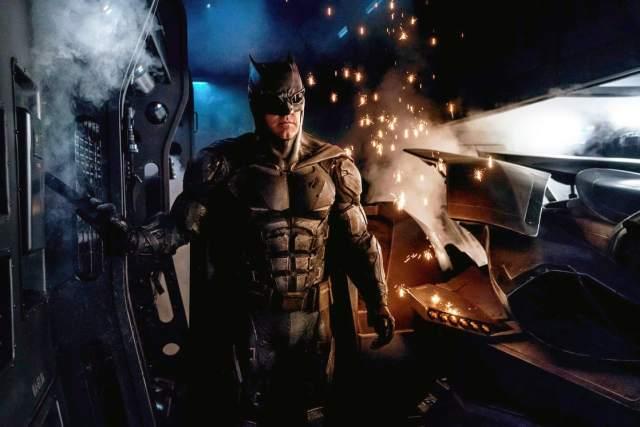 Batman/Bruce Wayne (Ben Affleck) con el Batitraje Táctico en Justice League (2017). Imagen: listal.com