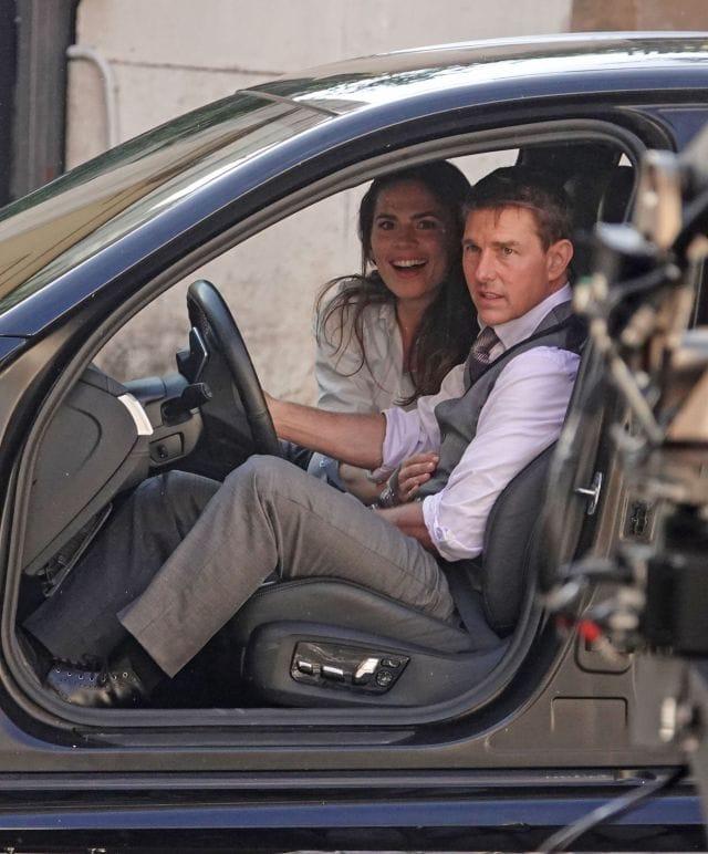 Hayley Atwell y Tom Cruise como Ethan Hunt en el set de Mission: Impossible 7 (2021). Imagen: listal.com