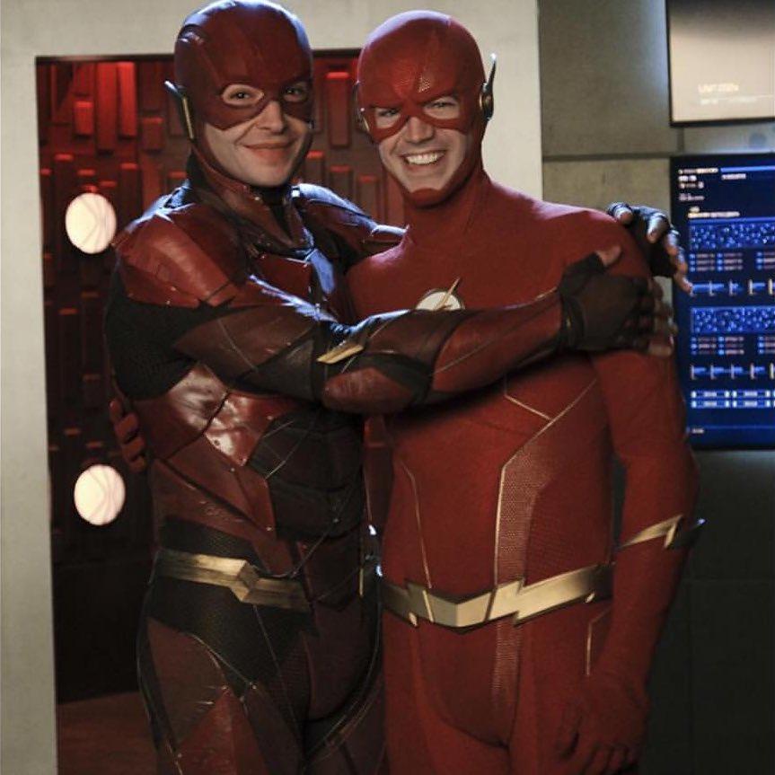 Ezra Miller como Flash/Barry Allen (DCEU) y Grant Gustin como Flash/Barry Allen (Arrowverse) en el crossover Crisis on Infinite Earths (2019-2020). Imagen: Fandom Twitter (@getFANDOM).