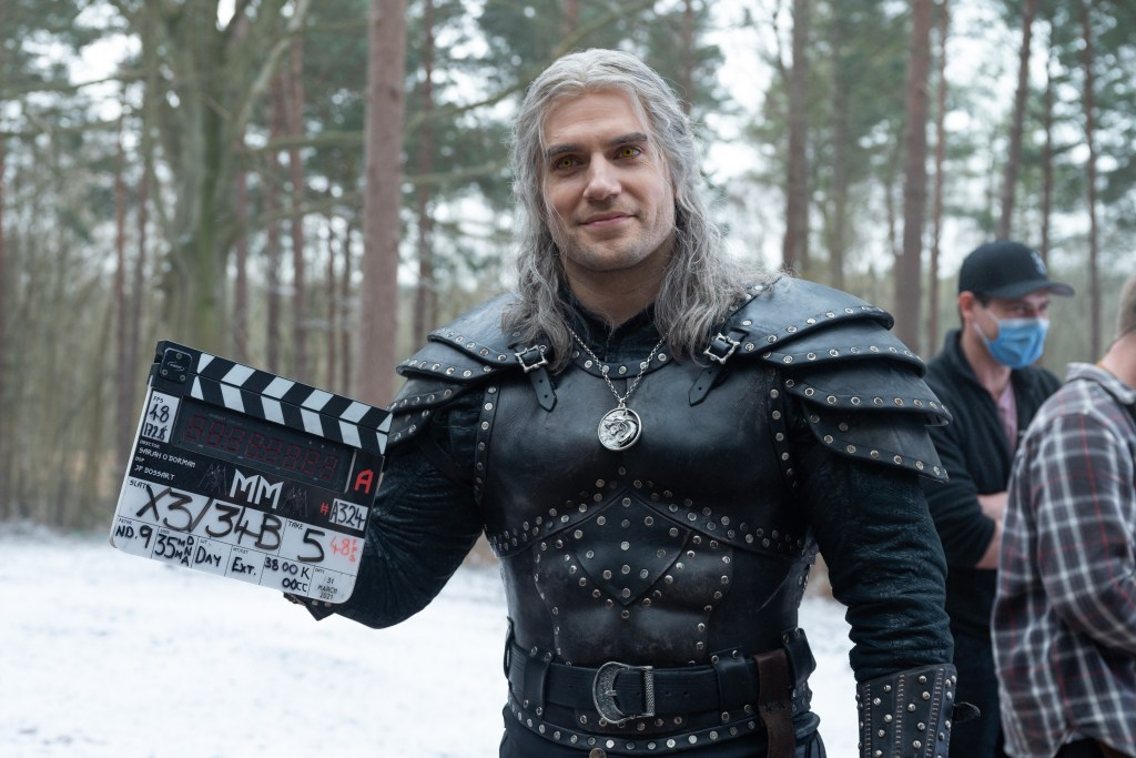Henry Cavill como Geralt de Rivia en el set de la temporada 2 de The Witcher. Imagen: The Witcher Twitter (@witchernetflix).